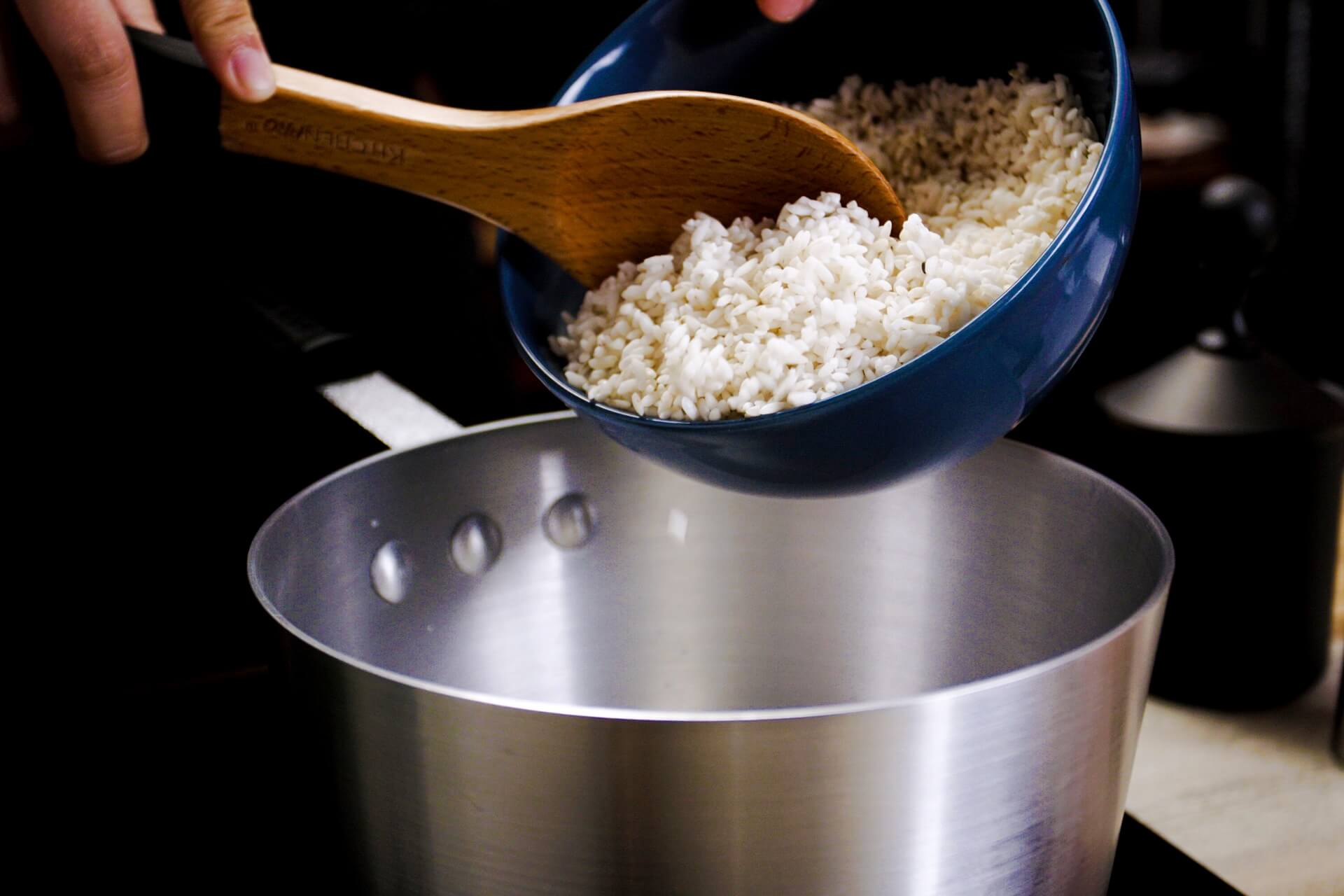 Cook glutinous rice in coconut milk and water